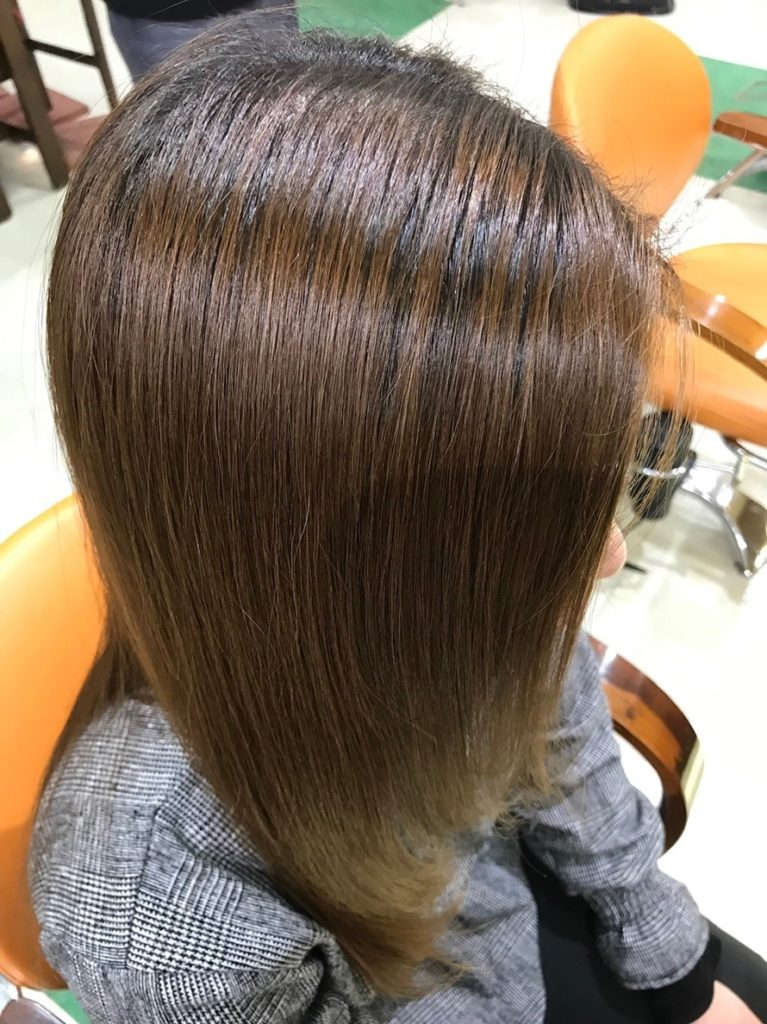 キラ髪:よくいただく質問07:なぜ、カラーが色鮮やかに染まり、パーマが長持ちするのですか?カラーが染まるために必要な髪のアミノ酸・水分・油分・システィンを髪の内部に補給し改善しているからです♪